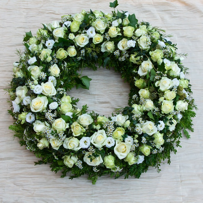corona funebre con rose e fiori misti bianchi